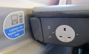 イギリスの列車1等車内の充電器